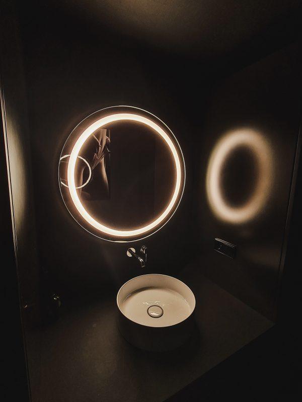 Apvalus veidrodis su apšvietimu